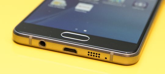 Foreløpig ingen USB type C i bunn av Galaxy A5. Den nye standarden har dukket opp i noen telefoner allerede, men er altså ikke med her.