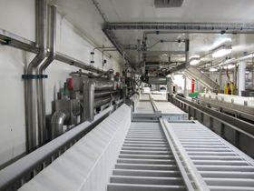 Platefryser i fabrikken ombord i Roaldnes .