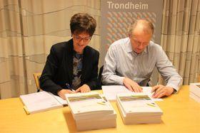Regionvegsjef Berit Brendskag Lied i Statens vegvesen og administrerende direktør Ivar Roland i Peab Anlegg, som signerer kontrakten.