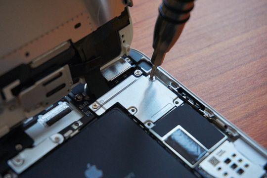 For å kunne få av kablene må denne lille metallplaten skrus av.
