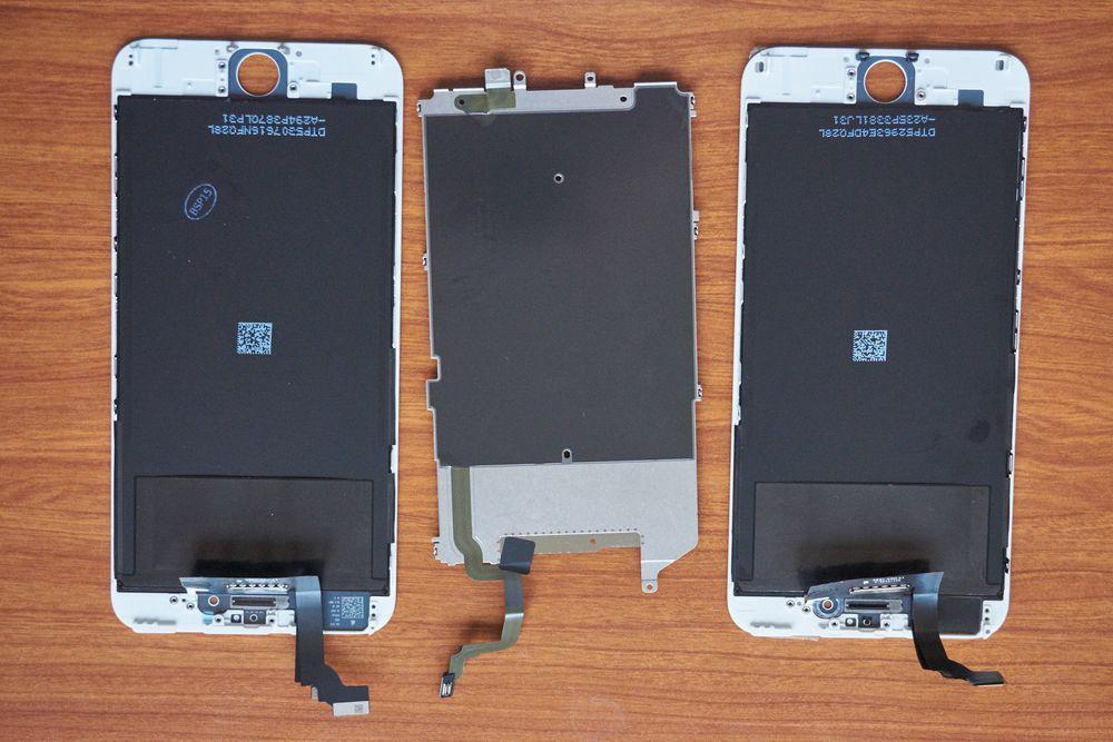 Nå hadde vi altså to skjermer uten noen ekstra deler på. I midten vises LCD-bakplata.