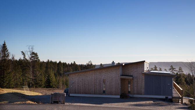 God magefølelse: I april 2015 flyttet familien Marken-Mjølnerød inn i det splitter nye passivhuset. Om få måneder vet de om de også bor i et plusshus. – Jeg tror vi ligger på pluss-siden. Men det er bare en magefølelse, sier Marken-Mjølnerød.