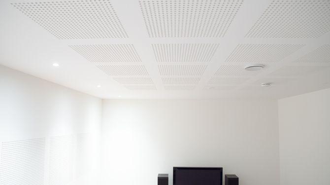 Små hull: Perforerte gipsplater bryter lydbølgene og sørger for god akustikk i rom med stor takhøyde. Som her, i medierommet i kjelleren.