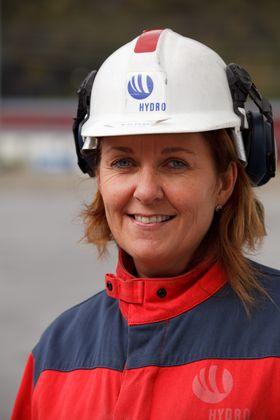 FABRIKKSJEF: Wenche Eldegard er fabrikksjef ved Hydros aluminiumverk i Høyanger. Siden i fjor vinter har hun og resten av organisasjonen i Høyanger jobbet i herdig med å teste en pilot på Hydros mest avanserte støpeteknologi.