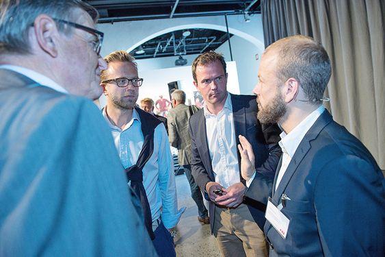 ABBs elektriske turné, Oslo: Svein Knudsen fra ABB (tv) i prat med stortingsrepresentantene Nikolai Astrup (H) og Heikki Holmås (SV) og ZERO-leder Marius Holm.