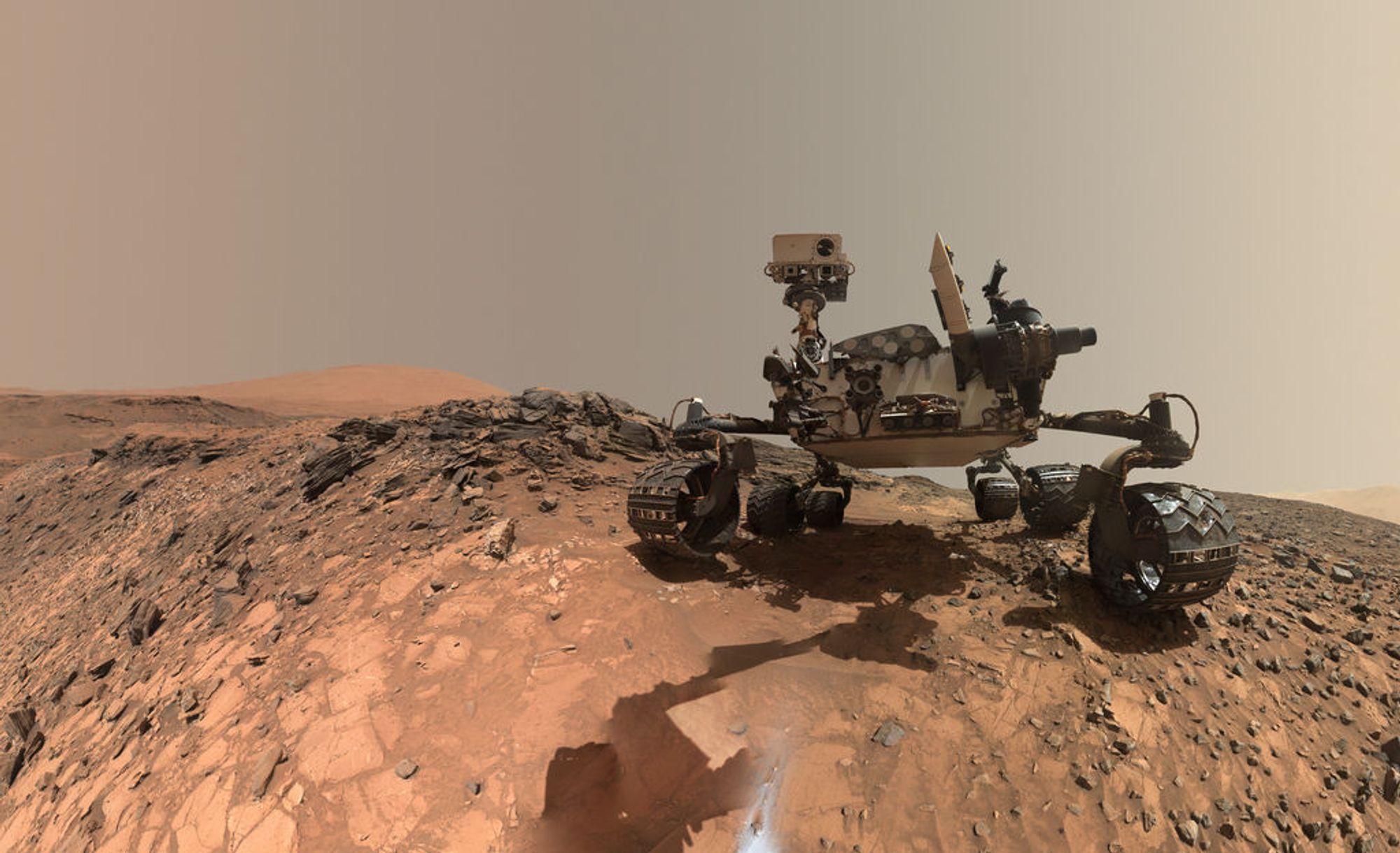 Fotografen: Mars-roveren Curiosity har tatt bildene som dekker 360 grader. Her tar den også en selfie.