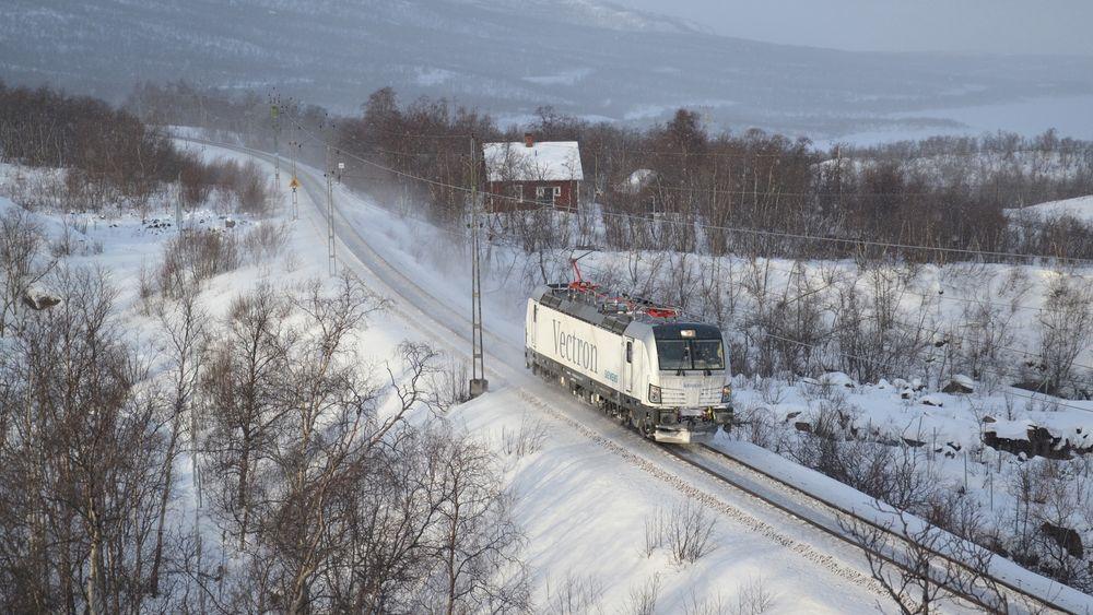 Plogtypen var også påmontert et Vectron-lokomotiv som gjennomførte vintertester i Sverige i 2012. Lokomotivet ble benyttet i ordinær trafikk for å teste vinteregenskapene, men det ble ikke gjennomført egne tester av lokomotivets brøyteegenskaper.