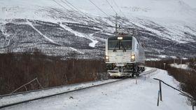 Vectron på vintertesting i Sverige. Også i Finland er lokomotivtypen i ferd med å bli tatt i bruk uten at det ifølge SHT er stilt spesielle krav til plogens utforming og funksjon.