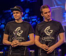 Sebastian «Boffen» Gsell (t.v.) ogJakob William«Jubel» Andresentar imot Fair Play-prisen i Telenorligaen høsten 2015.