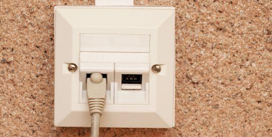 Vil du ha et virkelig pålitelig nettverk, strekker du Ethernet-kabler mellom rommene i huset ditt.
