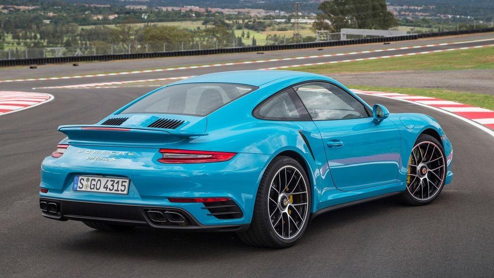 Nylanserte Porsche 991 Turbo S, som med større turboer nå leverer 580 hk/427 kW, skal fra 2018 få selskap av en ladbar versjon.