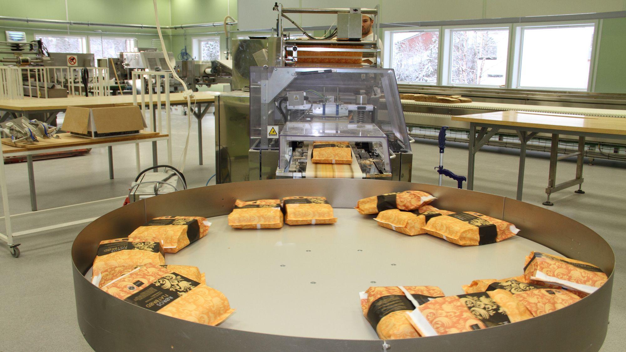 Rørosbakern investerte i automatisert produksjonslinje for et par år siden, og økte omsetningen. En konkurrent valgte i stedet å flytte produksjonen ut, noe som ikke ga ønsket effekt.