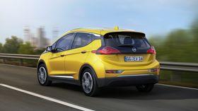 Opel Ampera-e er kompakt, men har likevel plass til fem og mer plass i bagasjerommet enn både Leaf og eGolf.