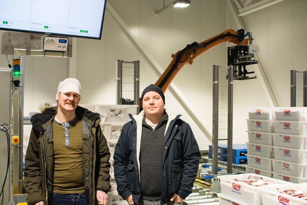 Tor Einar Gudmestad og Kjetil Braadland fra Bouvet er i gang med å implementere nytt robotstyrt  kundesorteringsanlegg for Nortura.