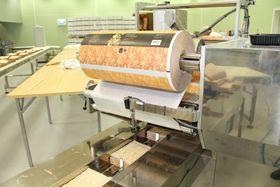 Pakkemaskinen er levert av MPack. Det starter med en papirrull, og ender med ferdig pakkete flatbrød i poser.