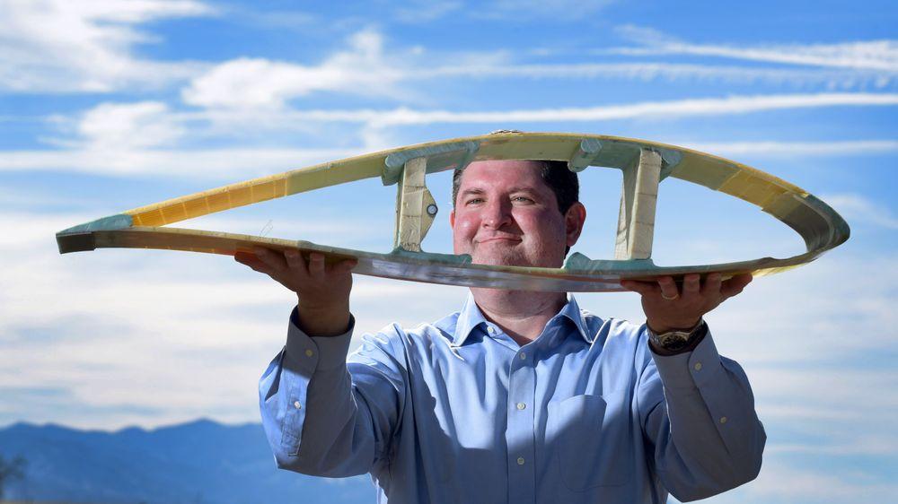 Sjefdesigner Todd Griffith ved Sandia viser fram et tverrsnitt av et hult, fleksibelt rotorblad av den typen som kan komme til å revolusjonere vindkraftindustrien.