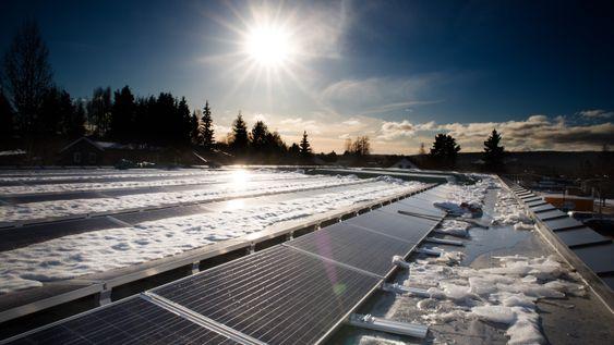 Solpanelene på den nye matbutikken på Fjeldset i Elverum skal forsyne butikken med kortreist elektrisitet. Overskuddstrøm lagres i batterier inne i butikken.