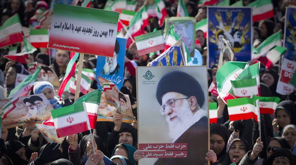 Opptrappingen av nettsensuren kom dagen etter feiringen av 33-årsdagen for revolusjonen. Bildet er fra Azadi-plassen i Teheran der folk sto med flagg og med bilder av den øverste leder, ayatollah Ali Khamenei.