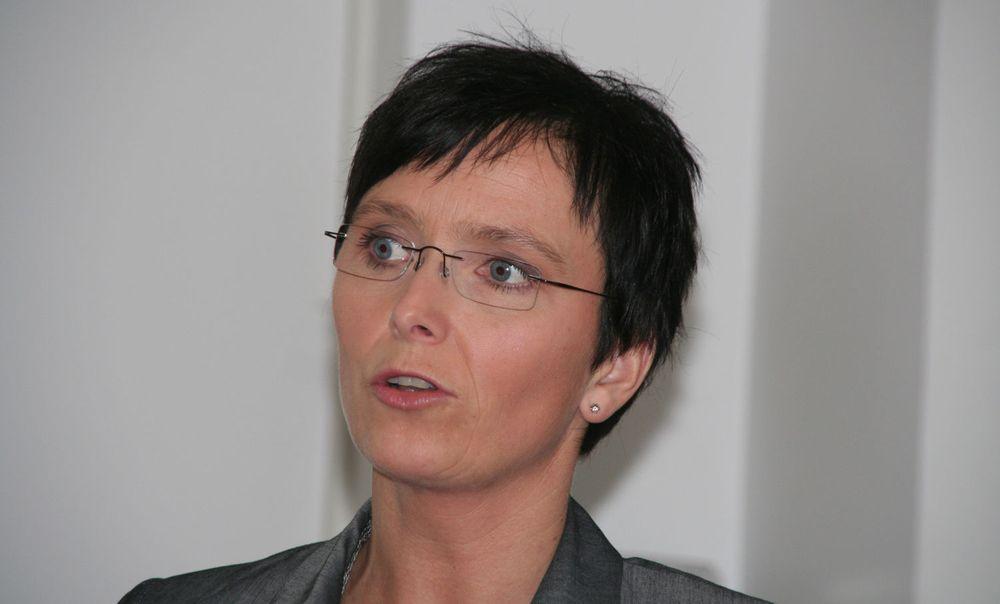 Fornyingsminister Heidi Grande Røys nøyer seg ikke med å kreve åpne dokumentformater. Nå vil hun også ha et mer tilgjengelig språk i statlige dokumenter som skal utveksles med borgerne.