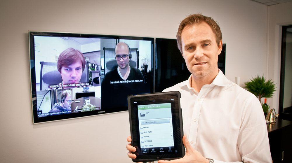 Jørn Mikalsen viser Seevia-appen på iPad, som gjør det enkelt å etablere videokonferanser mellom alle som er oppført i videofoni-katalogen.