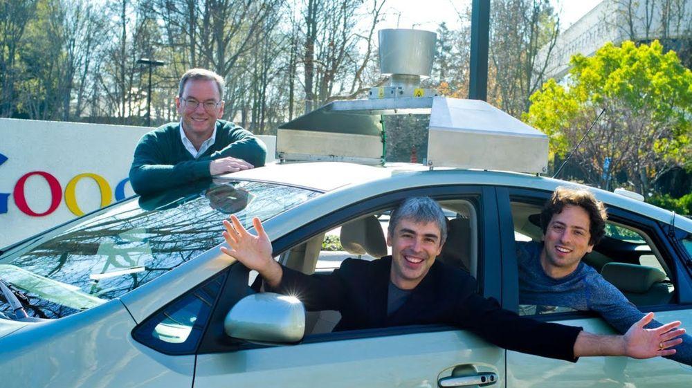 Google-styreformann Eric Schmidt (bak bilen), sammen med gründerne Larry Page og Sergey Brin i selskapets miljøbil tidligere år.