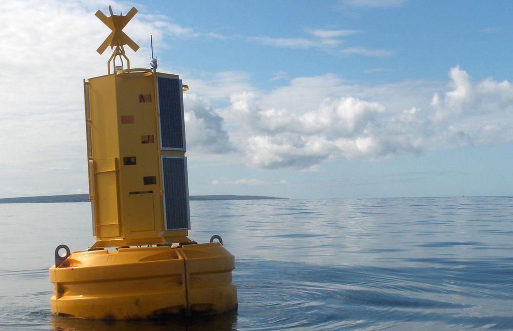 Informasjon samlet inn av sensorene i denne bøyen i Galway Bay i Irland – om vannkvalitet, bølgeforhold med mer – gjøres tilgjengelig for forskere, fiskere, miljøorganisasjoner og publikum i sanntid. «SmartBay»-systemet er utviklet av IBM og Marine Institute of Ireland. (foto: Marine Institute of Ireland)