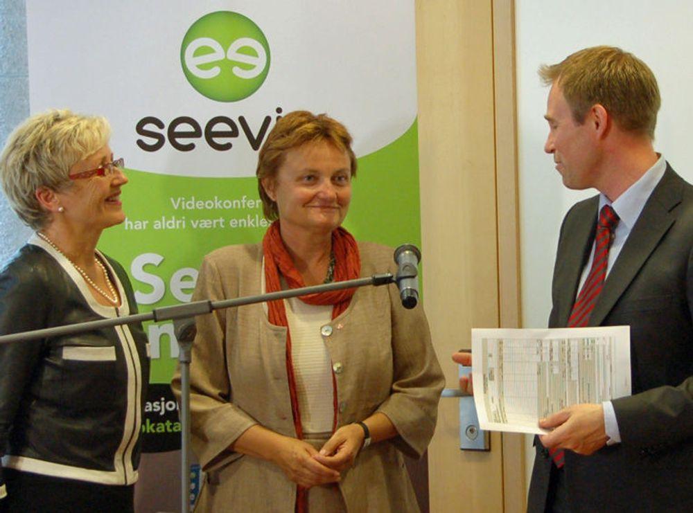 Statsrådene Liv Signe Navarsete og Rigmor Aasrud var til stede ved lanseringen av Seevia. Til høyre daglig leder i Videonor, Jørn Mikalsen.
