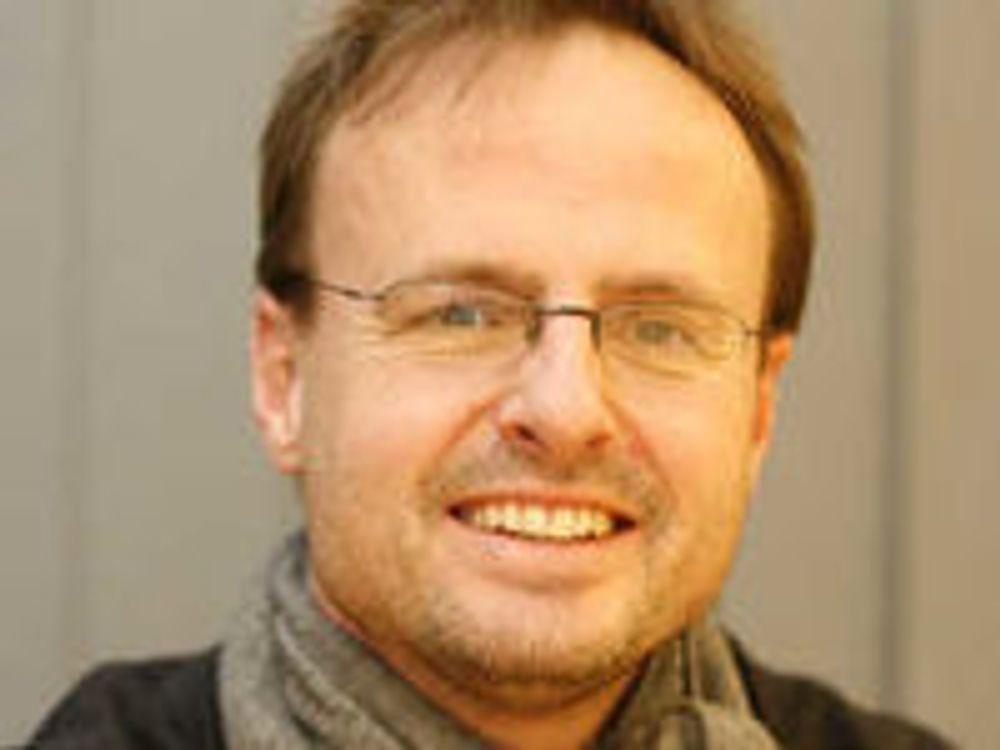 - Jeg synes det er viktig å skrive litt kode av og til og bli «skitten på hendene» sier CSS-oppfinner Håkon Wium Lie til digi.no.