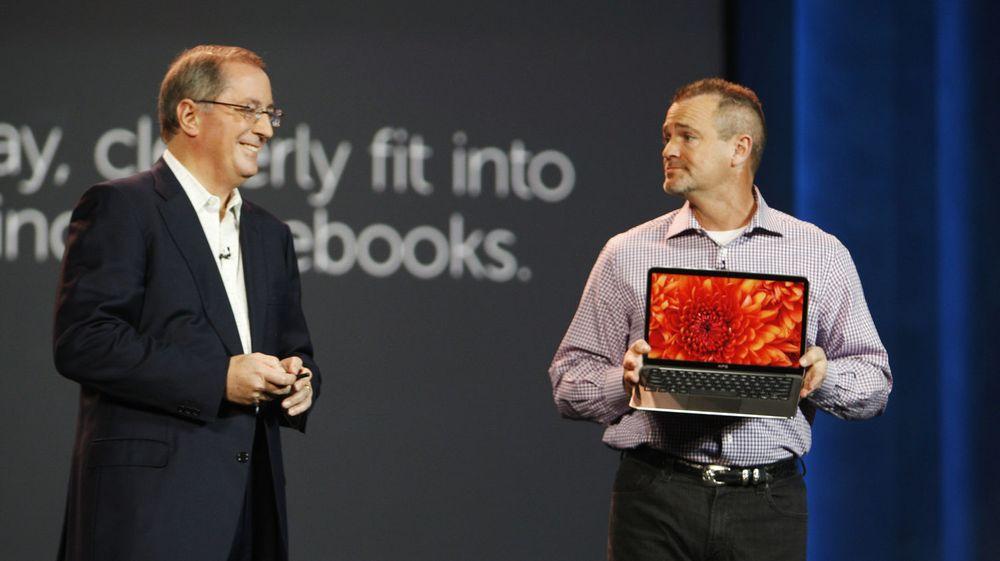 Jeff Clarke fra Dell viser selskapets nye Ultrabook til Intel-sjef Paul Otellini, på forbrukermessen Consumer Electronics Show i Las Vegas tirsdag. Ultrabook er en formfaktor som kan bidra til å relansere pc-markedet, tror Gartner.