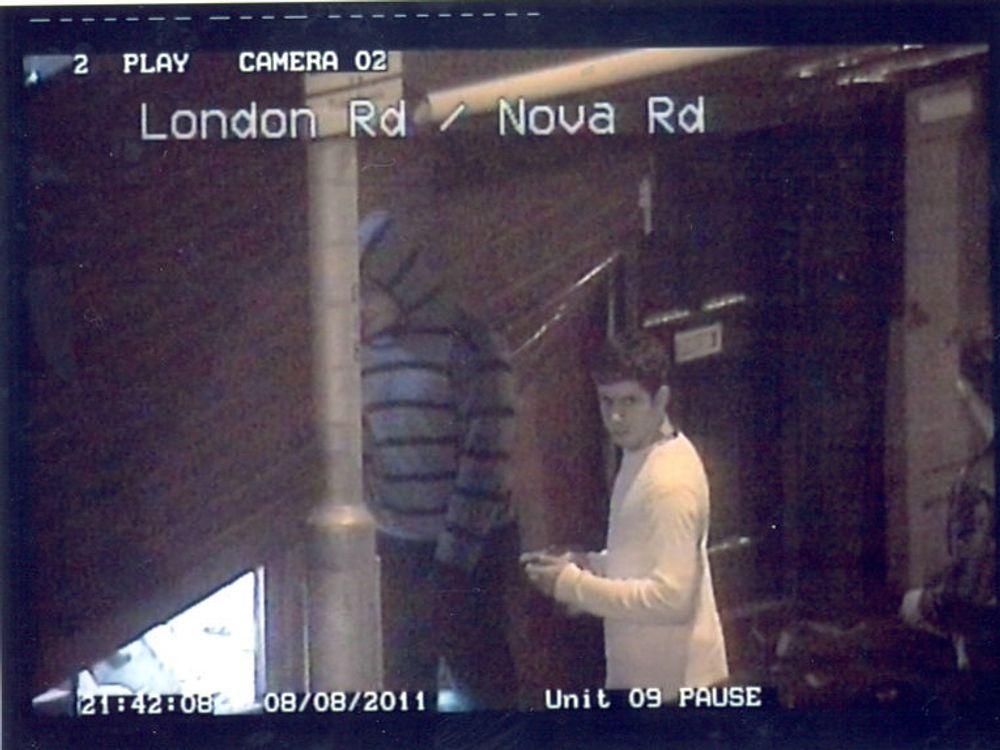 Dette er et av bildene som London-politiet har lagt ut på Flickr i håp om at noen skal kjenne igjen bråkmakere. En egen utviklergruppe arbeider for å effektivisere arbeidet med å identifisere dem som overvåkningskamereaer har fanget opp under opptøyene og plyndringen.