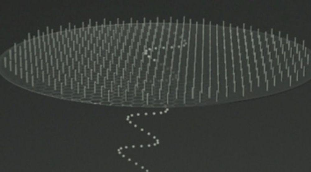 De svært små nanotrådene kan vokse på et ekstremt tynt substrat av grafen og danner da en tynnfilm med halvledere, som dessuten er gjennomsiktig slik at lys slipper gjennom.