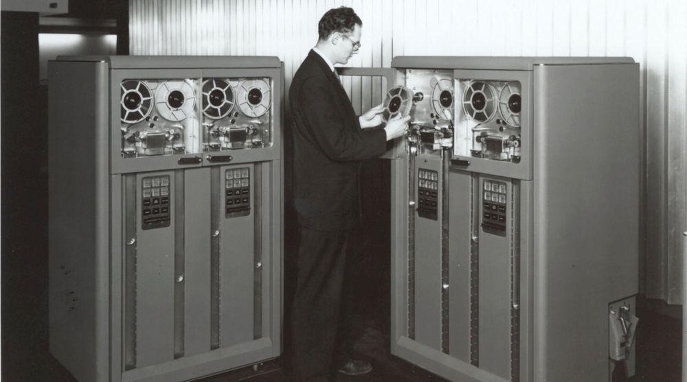 Magnetbånd ga rimelig lagring av store datamengder og ble således en vesentlig bidragsyter til datarevolusjonen. IBMs første modell 726 som er avbildet kom i 1952. Den kunne lagre 100 tegn per tomme og totalt 2,3 megabyte per bånd. En enorm mengde den gangen.