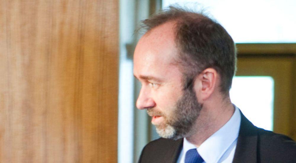Statsrår Trond Giske på vei til pressekonferansen om Altinn 21. mars. Statsrådens uttalelser ble tolket som politisk ansvarsfraskrivelse.