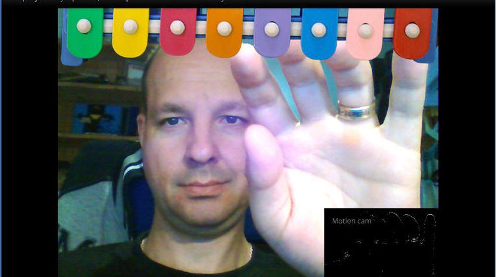 """Artikkelforfatteren tester bevegelsesstyring i webapplikasjonen """"Magic Xylophone"""" med Chrome 21 beta og en pc med kamera. I feltet nederst til høyre vises bevegelsene som applikasjonen fanger opp."""