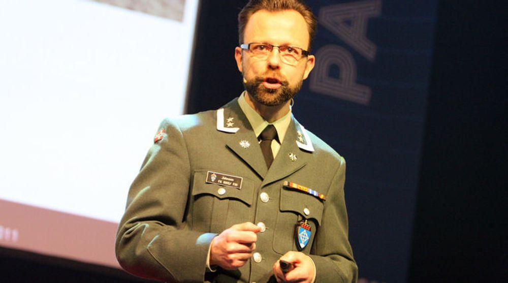 DATAKRIG ER KREVENDE: Oberstløytnant Roger Johnsen utdanner Forsvarets kyberkrigere. Dette er profesjonelle soldater, som foruten militær lederutdanning også er ingeniører.