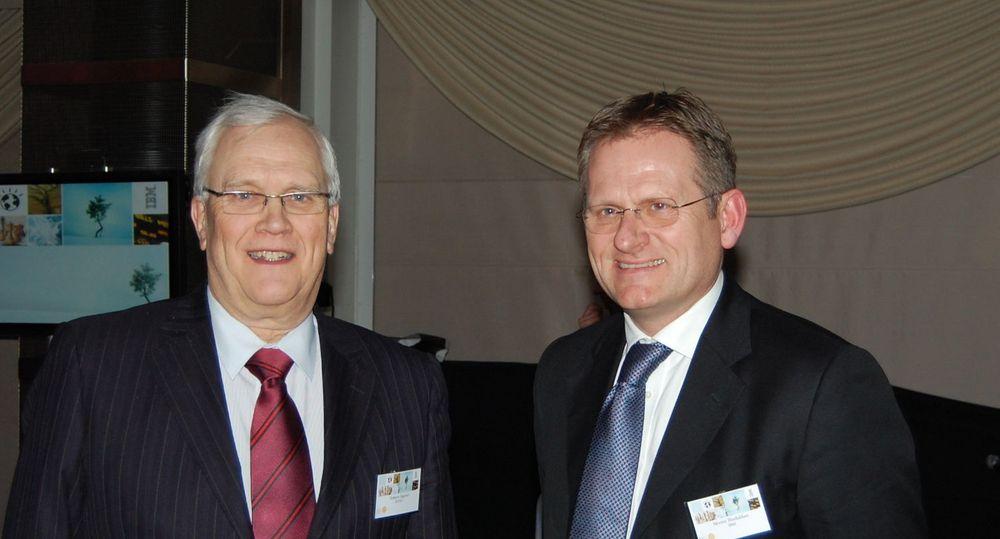 Rektor Torbjørn Digernes (t.v.) ser fram til at samarbeidet med IBM skal skape en smartere verden. Administrerende direktør i IBM Norge, Morten Thorkildsen, oppfatter samarbeidet med NTNU som viktig for IBM internasjonalt. Begge vektlegger petroleumsteknologi.