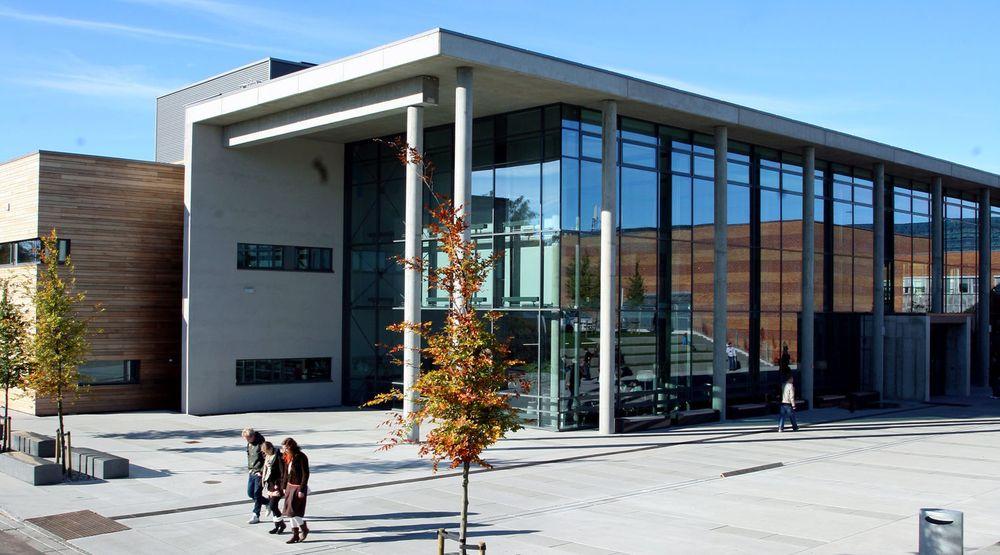 Høgskolen i Vestfold holder til på Bakkenteigen i Horten kommune. Dette bygget, hvor lærerutdanningen holder til, ble ferdigstilt i oktober 2010.
