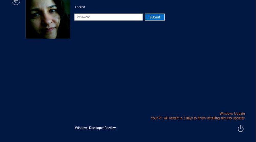 Windows 8 vil varsle brukeren om kommende, automatiske omstarter allerede i innloggingsvinduet.
