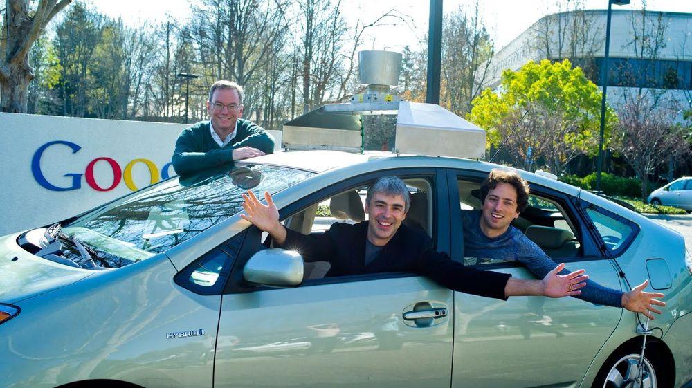 Googles førerløse bil videreutvikles trolig ved Google X-laboratoriet. Her vises en slik bil sammen med toppledelsen i selskapet, Eric Schmidt (bak bilen), Larry Page (i førersetet) og Sergey Brin.