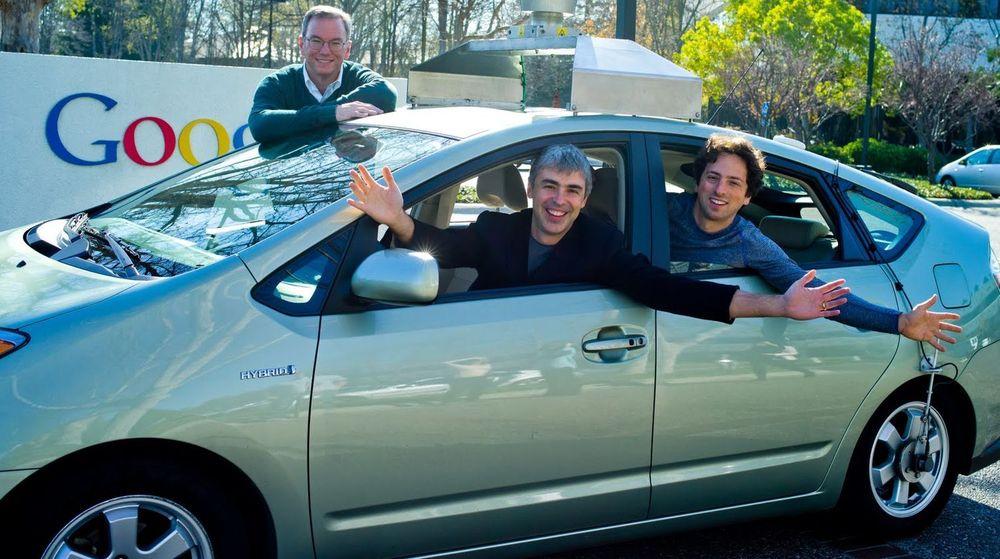 Her er er en av Googles førerløse biler, sammen med toppsjefene (fra venstre) Eric Schmidt, Larry Page og Sergey Brin.