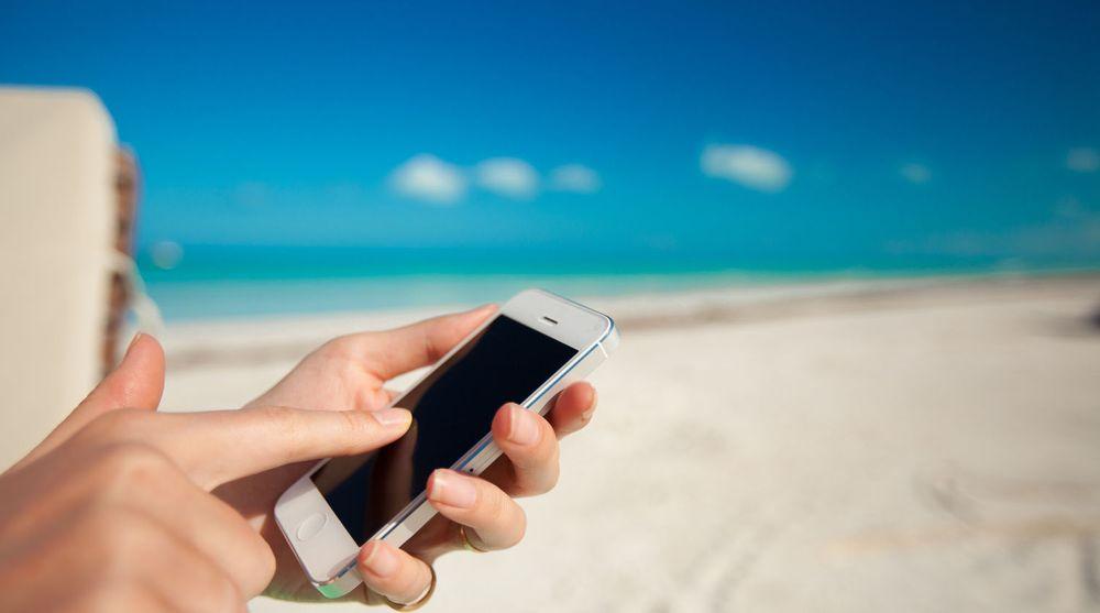 Det blir stadig billigere å bruke mobiltelefonen på reiser til utlandet, i alle fall så lenge man besøker EØS-land.