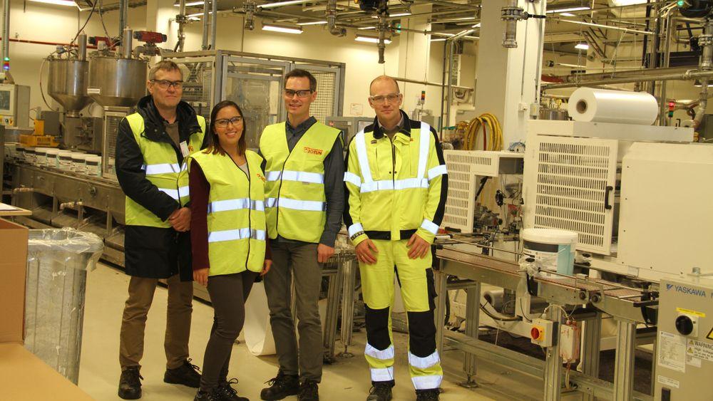 Jotun, fra venstre Gunnar Lamvik, seniorforsker Sintef, Marta Mathisen, siv.ing Sintef, Fredrik Urdahl direktør for produksjon og logistikk og Jon Øverbø, fabrikksjef, begge Jotun.