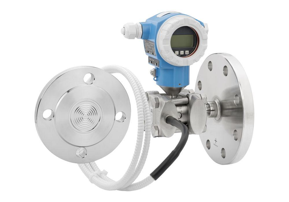 Differansetrykkmåler for nivåmåling på lukket tank med direkte flenset tilkobling til høytrykksiden og kapillærrør til gassdelen.