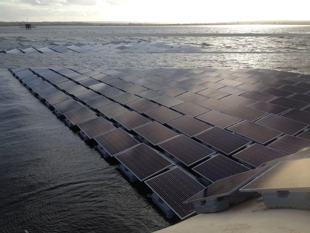 Europas storste flytende solpark London intalleres nå i vannreservoaret Londons Queen Elizabeth II reservoir.