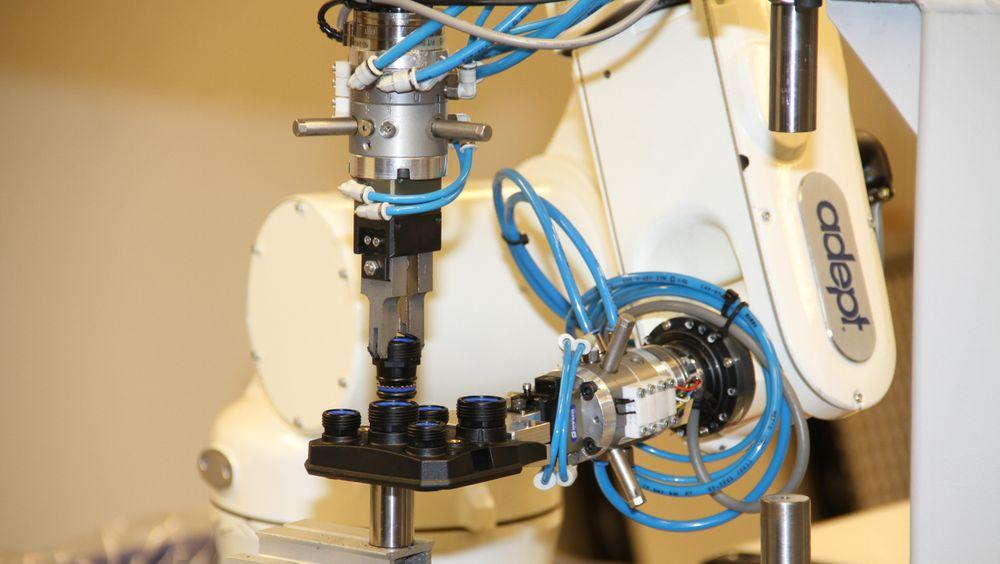 To roboter samarbeider og plasserer bremserørskopling i hus. Utviklet for Kongsberg Automotive av Sintef Manufacturing på Raufoss, et eksempel på fremtidens industri.