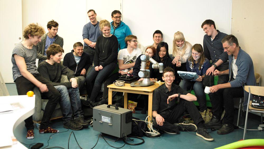 Denn gruppen danske elever på videregående, med et par lærere og mentorer utgjør Danmarks landlag i robotteknologi. De stiller i First Robotics Competition i USA i april.