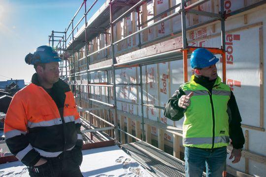 Samhandling er nøkkelen, understreker Runar Oustorp (t.h.). Her sammen med betongformann Joakim på det store prosjektet Rønningen Folkehøgskole.
