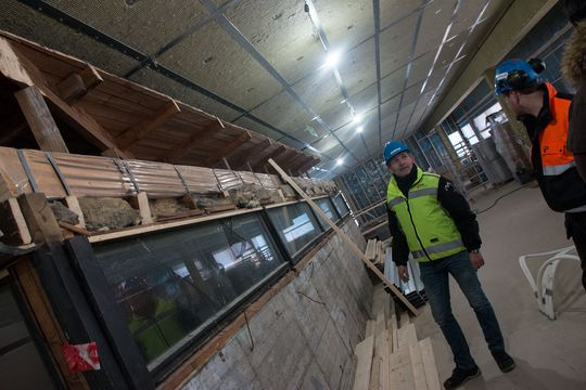 Det kan være en utfordring å drive tunge arbeider på byggeplassen når elevene har time rett under. Allikevel har Solid klart å legge en etasje på bygget, og fullfører nå verket.