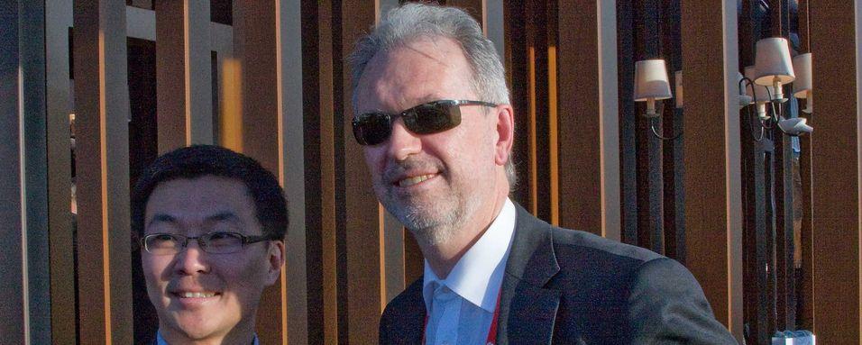 Administrerende direktør i Huawei Norge, Eric Zhang, undertegnet for ett år siden en rammeavtale med Altibox-sjef Nils Arne Bakke under Mobile World Congress i Barcelona. Om Huawei står bak den kommende lanseringen av skybaserte tjenester, vet vi ikke før fredag.