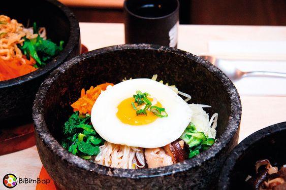 Dolsot bibimbap er en typisk koreansk rett og den varme utgaven av den som bare heter bibimbap.
